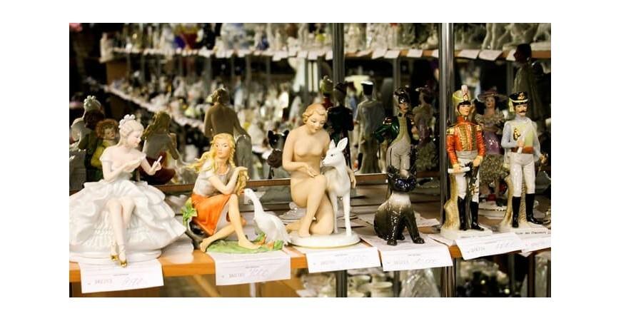 Антикварные статуэтки и фарфоровые изделия